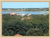 Zaton - Blick auf den Strand der Touristensiedlung Holiday village